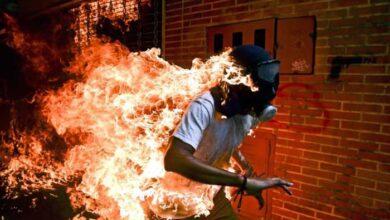 Photo of Αυτή είναι η καλύτερη φωτογραφία της χρονιάς: Φλεγόμενος διαδηλωτής στη Βενεζουέλα