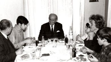 Photo of Τρεις γενιές Παπανδρέου γύρω από το γιορτινό τραπέζι