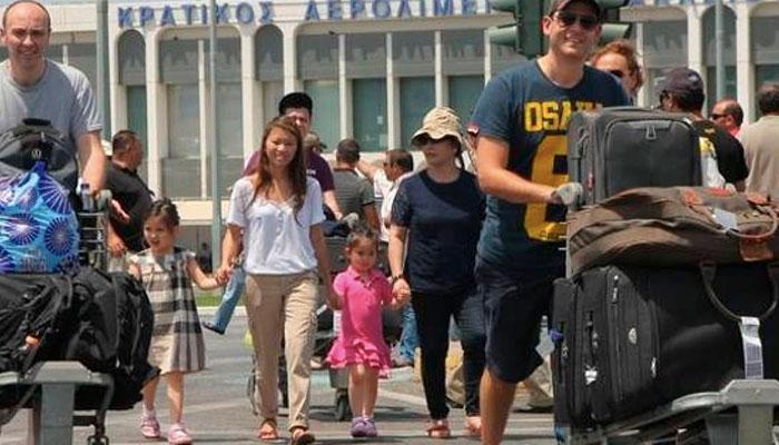 touristes aerodromio irakleio