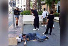 Photo of Σκουλός: Σάλος με τη φωτογράφιση δίπλα σε άστεγο